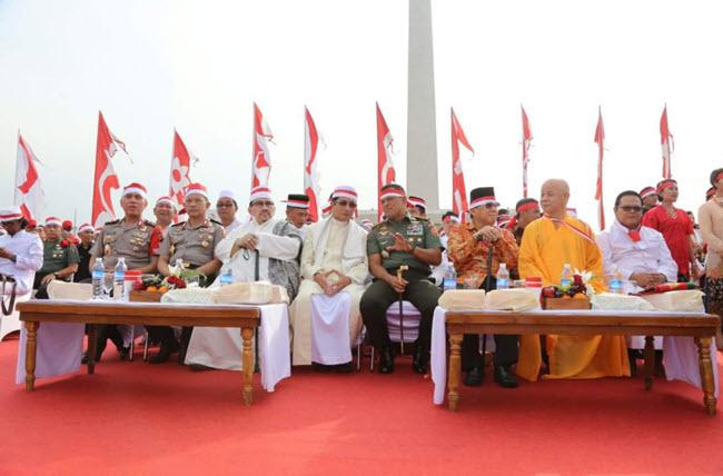 Photo of Pakai Ikat Kepala Merah Putih, Kapolri dan Panglima TNI Hadiri Apel Nasional Nusantara Bersatu