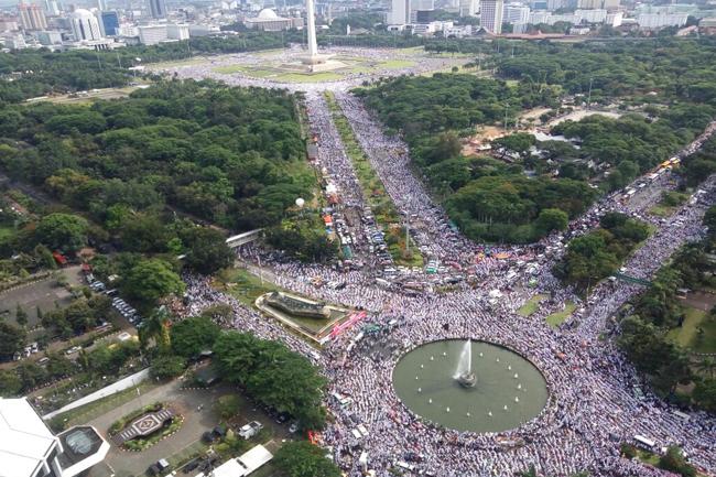 Photo of Massa Aksi 212 Berdoa dan Sholat Jumat Semata-mata kepada Allah SWT