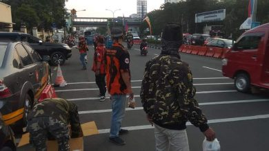 Photo of BANSER, JATMAN dan BATRANA PP Berbagi Ratusan Takjil di Depan Kantor Pemkot Depok